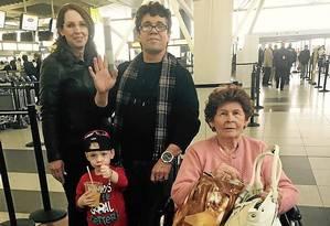 Nos EUA. Adelina Alvarez (sentada) embarca em NY: o filho diz que não volta mais ao país Foto: Isabel De Luca