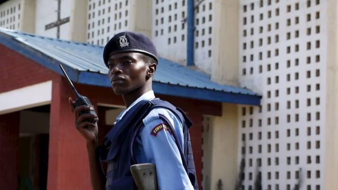 Guarda ajuda a proteger igreja em Garissa durante a Páscoa Foto: GORAN TOMASEVIC / REUTERS