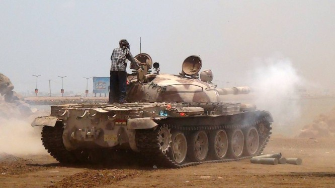 Separatistas usam tanques durante conflitos em Áden Foto: SALEH AL-OBEIDI / AFP