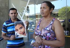 Os pais de Eduardo de Jesus Ferreira Foto: Fabio Guimaraes / Agência O Globo