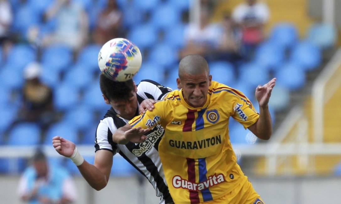 Bola dividida no Estádio Nilton Santos Marcos Tristão / Agência O Globo