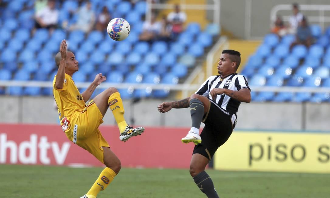 Tiago Carleto, do Botafogo, disputa a bola ... Agência O Globo
