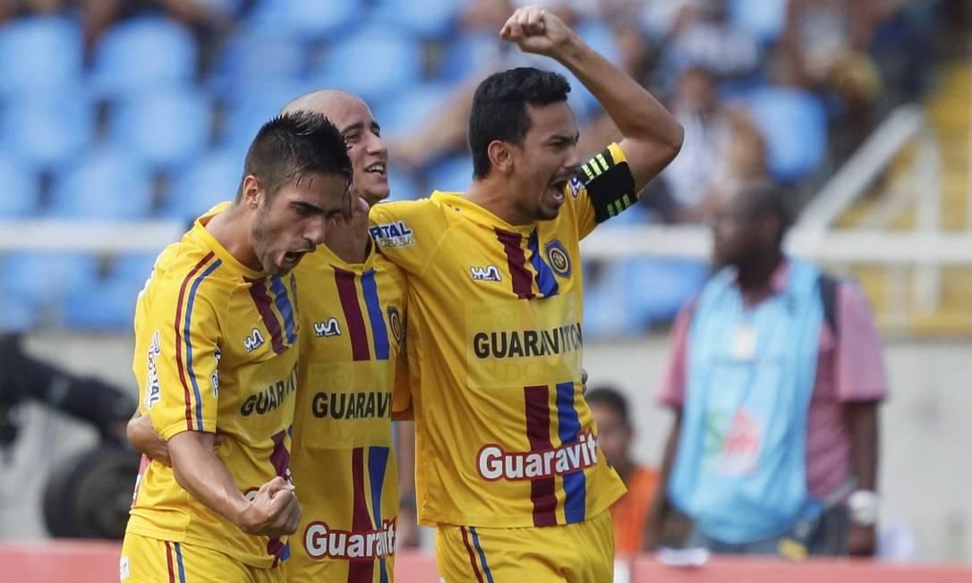 Jogadores do Madureira comemoram o gol do time Agência O Globo