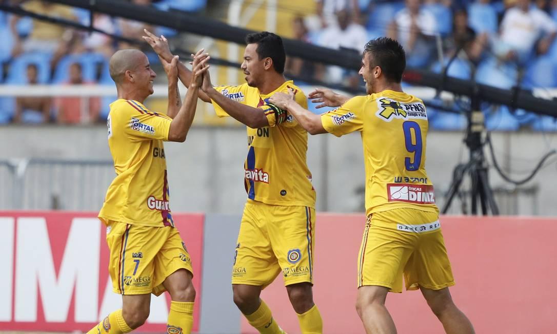 Ryan, 7, e Rodrigo Pinho, 9, comemoram o gol de Lindoso, ao centro Agência O Globo