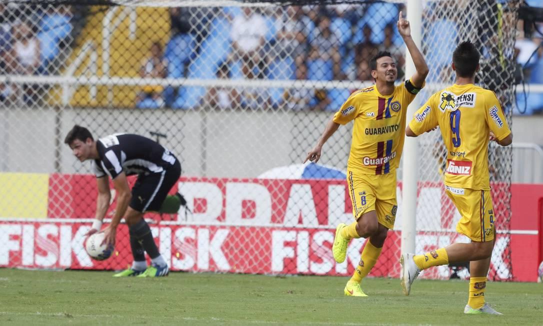 Rodrigo Lindoso comemora o gol do Madureira, que abriu o placar contra o Botafogo Marcos Tristão / Agência O Globo