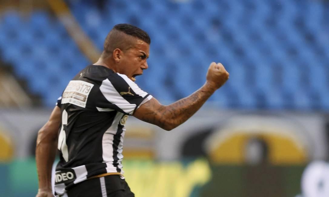 A vibração de Carleto, ao empatar o jogo para o Botafogo Marcos Tristão / Agência O Globo