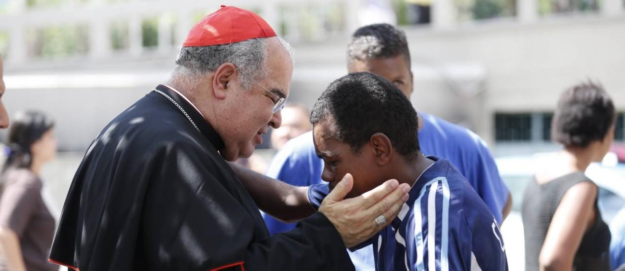 Cardeal Dom Orani Tempesta recebeu com atenção cada morador de rua na Catedral Metropolitana neste domingo de Páscoa Foto: Pablo Jacob / Agência O Globo