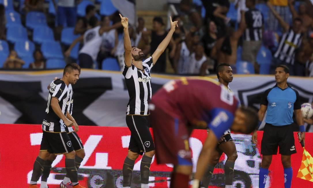 Renan Fonseca ergue as mãos aos céus ao fazer o gol da virada alvinegra Marcos Tristão / Agência O Globo