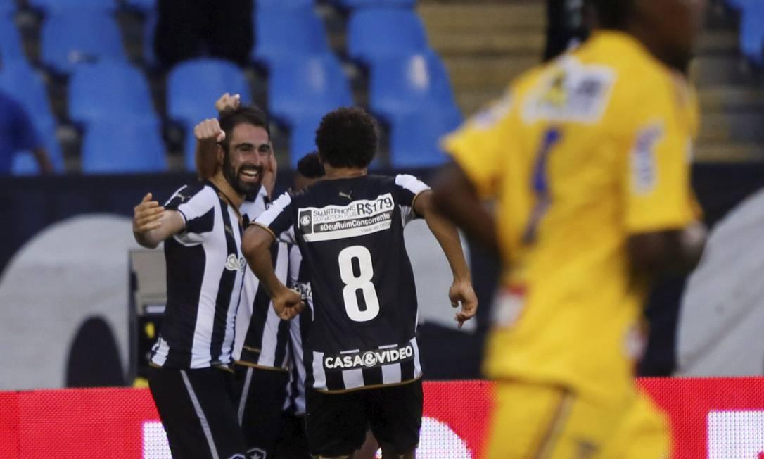Willian Arão corre para abraçar Renan Fonseca, que marcou um belo gol de cabeça Marcos Tristão / Agência O Globo