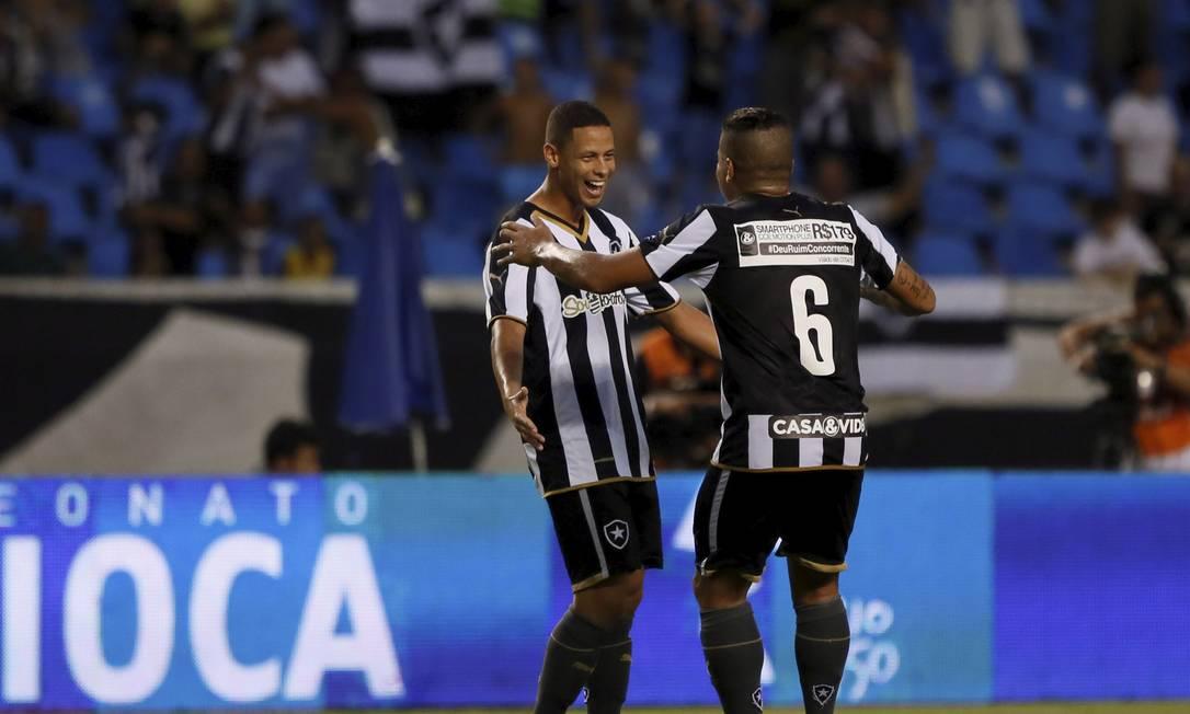 Fernandes e Carleto comemoram um dos gols do Botafogo Marcos Tristão / Agência O Globo
