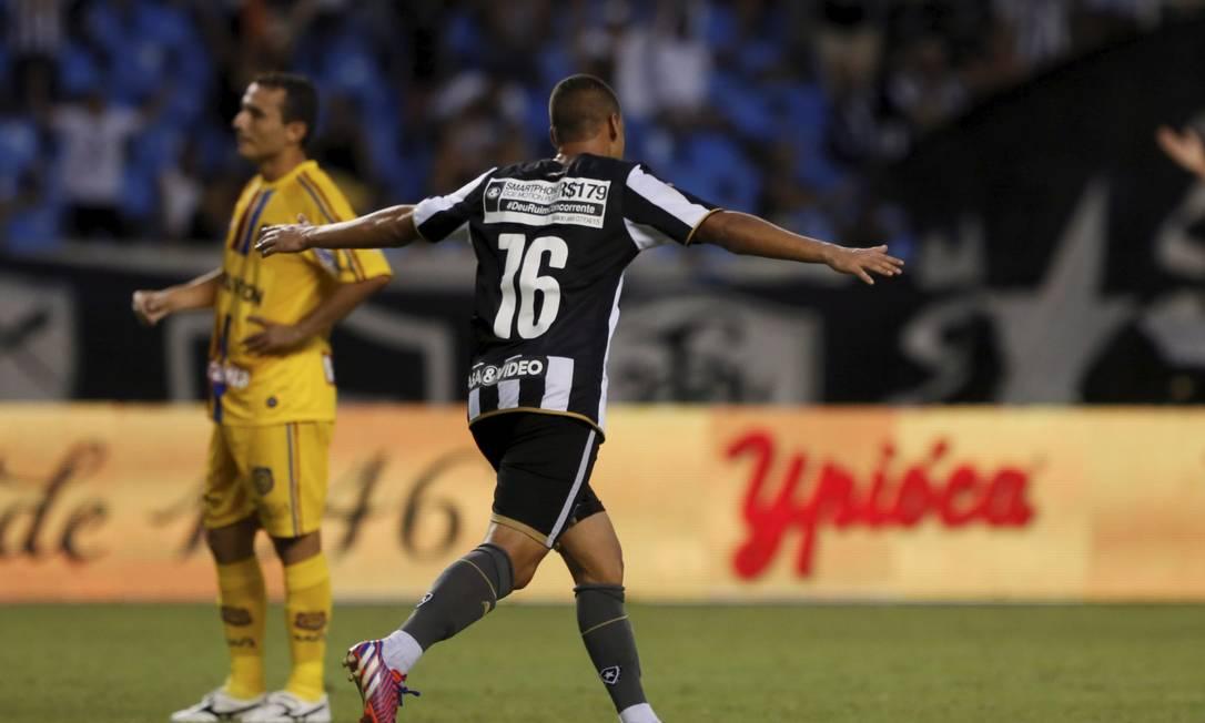 Fernandes comemora o terceiro gol alvinegro Marcos Tristão / Agência O Globo