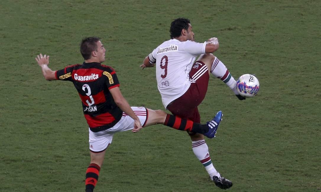 Bressan e Fred disputam a bola no Maracanã Marcelo Carnaval / Agência O Globo