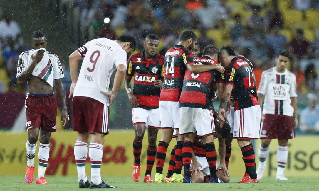 Jogadores do FLamengo comemoram o gol de Jonas Alexandre Cassiano / Agência O Globo