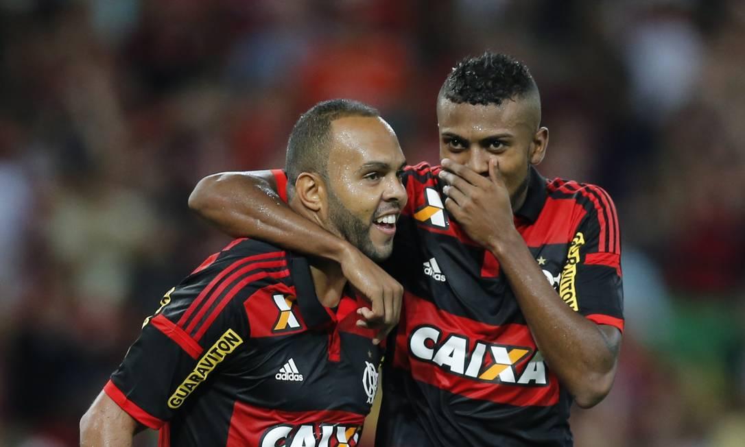 Alecsandro e Cirino comemoram o segundo gol rubro-negro Alexandre Cassiano / Agência O Globo