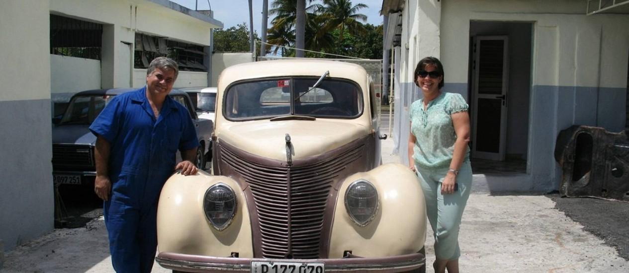 Nostalgicar: Nidialys Acosta e Julio Manuel decidiram investir num mercado até então pouco explorado: o turismo aliado aos famosos carros antigos de Cuba Foto: Marina Gonçalves