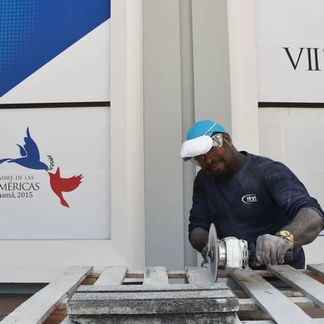 Expectativa. Operário trabalha na montagem do centro de convenções que sediará a cúpula, na Cidade do Panamá: Obama vai propor agenda de cooperação Foto: RODRIGO ARANGUA / AFP/2-4-2015