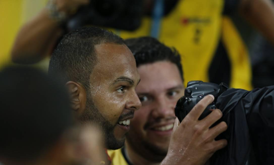Na comemoração do segundo gol, Alecsandro brincou de fotógrafo Alexandre Cassiano / Agência O Globo