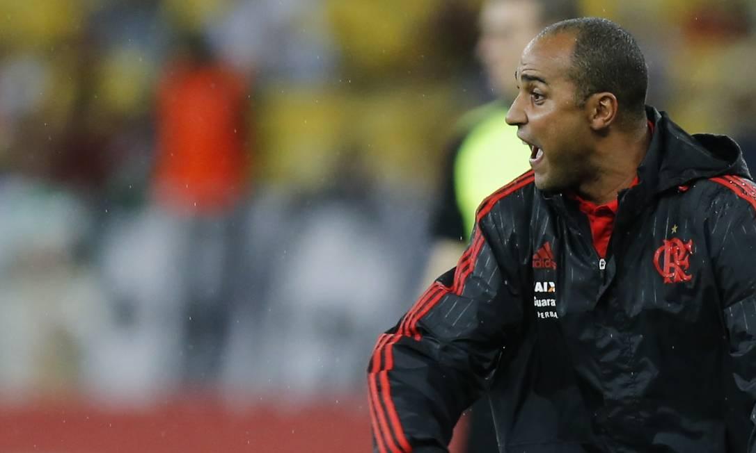 Com Luxemburgo suspenso, o auxiliar Deivid dirigiu o Flamengo Alexandre Cassiano / Agência O Globo