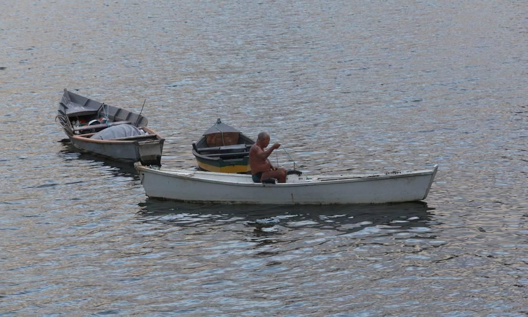 Homem pesca na Baía de Guanabara Foto: Carlos Ivan / Agência O Globo