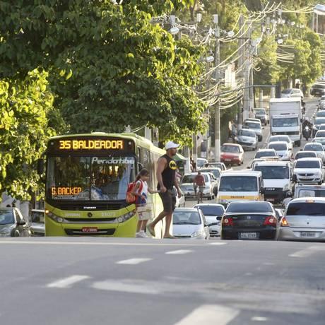 Carros na Estrada Caetano Monteiro, em Pendotiba Foto: Luiz Ackermann / Agência O Globo