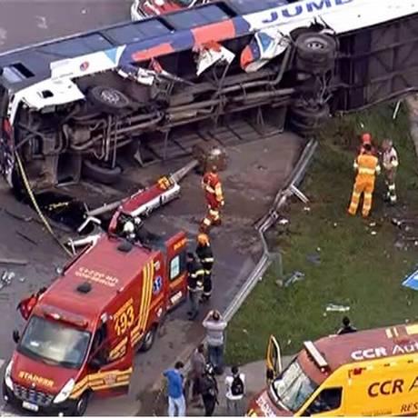 Ônibus e carro colidiram na manhã desta segunda-feira Foto: TV Globo / Reprodução