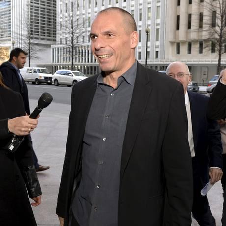O ministro das Finanças grego Yanis Varoufakis chega a Washington para reunião com a diretora-gerente do FMI, Christine Lagarde, no domingo Foto: MIKE THEILER / REUTERS