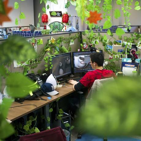 Animador trabalha em 'Kung Fu Panda 3' no escritório da Oriental Dreamworks Foto: TIM FRANCO / NYT
