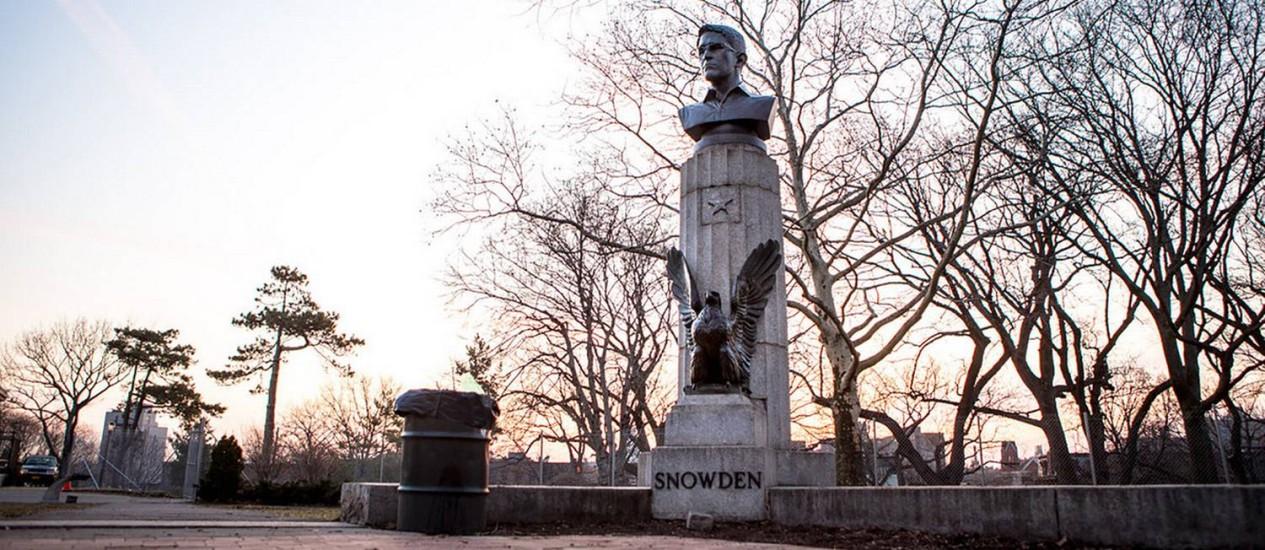 Busto de Snowden se confundiu com a paisagem Foto: AYMANN ISMAIL/ANIMALNEWYORK / Reprodução