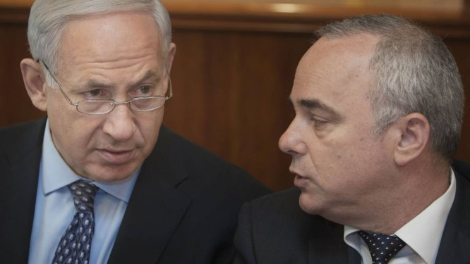 Benjamin Netanyahu (esquerda) e Yuval Steinitz. Premier israelense e ministro da Inteligência criticaram acordo sobre programa nuclear iraniano Foto: Sebastian Scheiner / AP