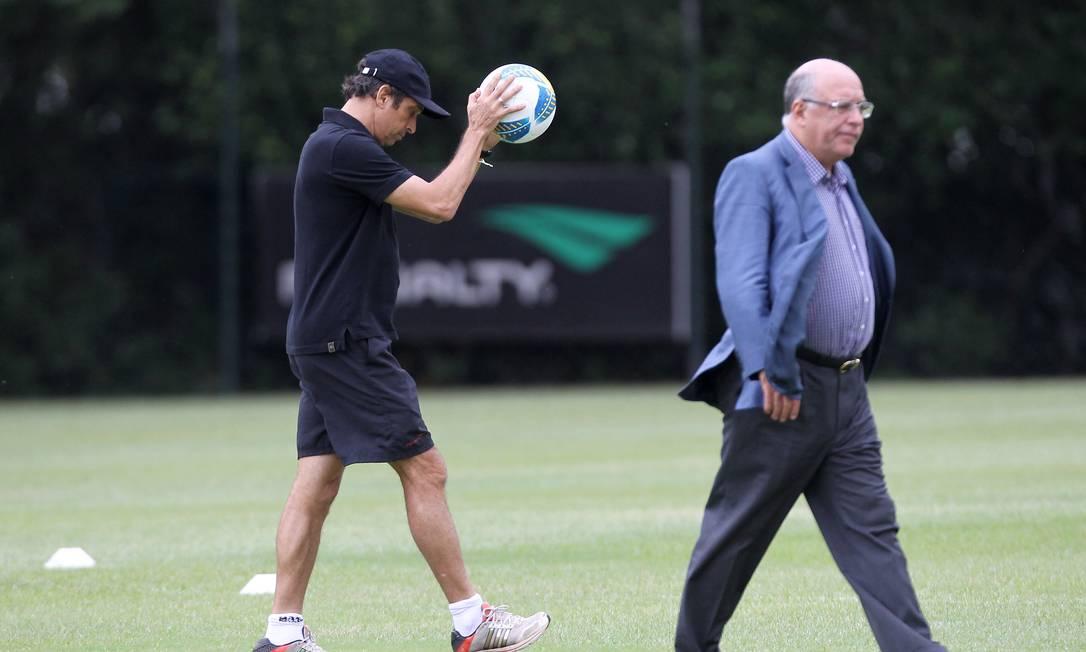 Milton Cruz e o vice-presidente de futebol, Ataíde Gil Guerreiro Michel Filho / Agência O Globo