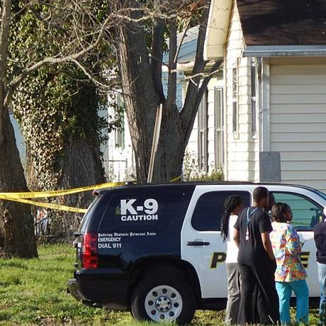 Polícia examina casa onde homem e sete crianças foram encontrados mortos, em Princess Anne, Maryland Foto: NBCNews / Reprodução