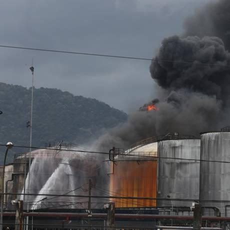 Incêndio em tanques de combustiveis em Santos já dura quatro dias Foto: Marcos Alves/ O Globo
