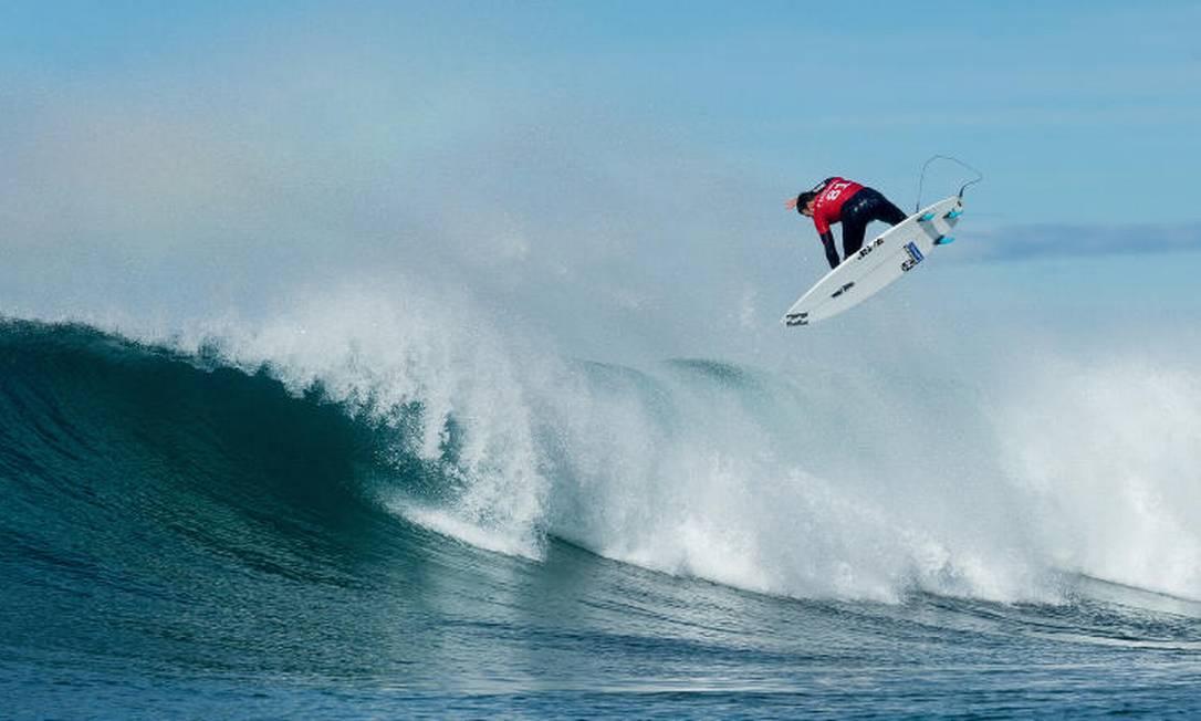 O australiano Joel Parkinson dá um aéreo em Bells Beach Divulgação / World Surf League