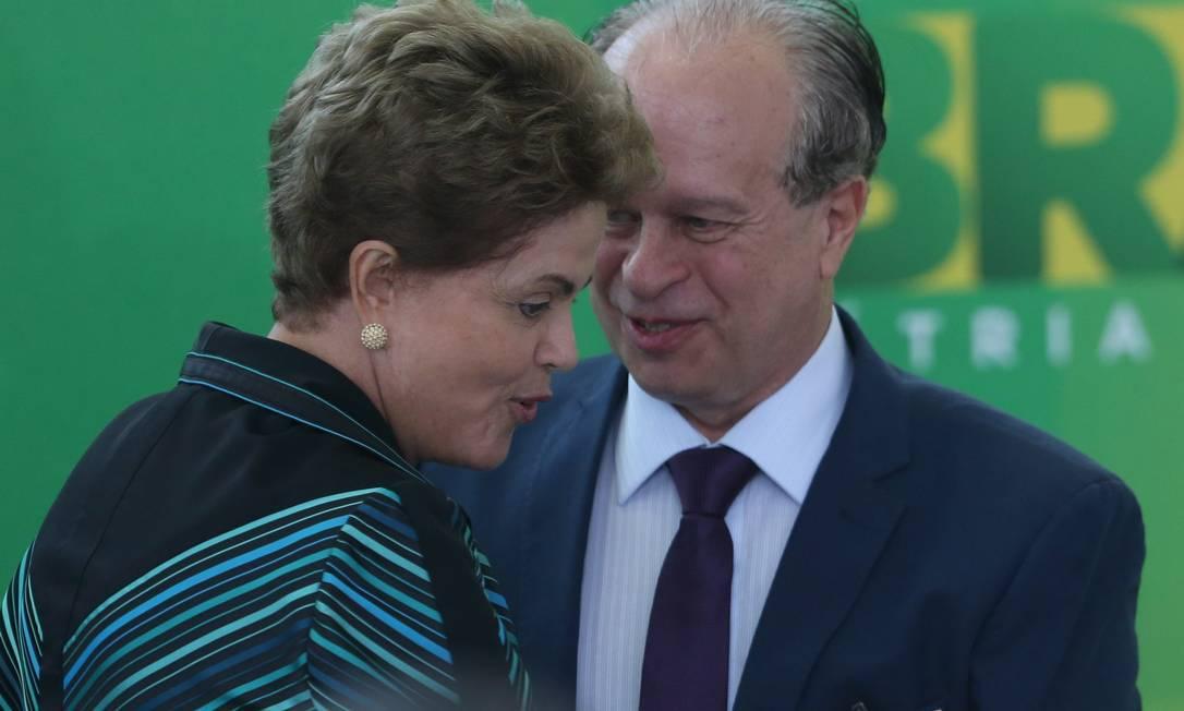 A Presidente Dilma Rousseff cumprimenta o novo ministro da Educação, Renato Janine Ribeiro Foto: ANDRÉ COELHO/Agência O GLOBO /