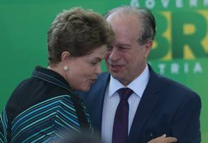 A Presidente Dilma Rousseff cumprimenta o novo ministro da Educação, Renato Janine Ribeiro Foto: ANDRÉ COELHO/Agência O GLOBO