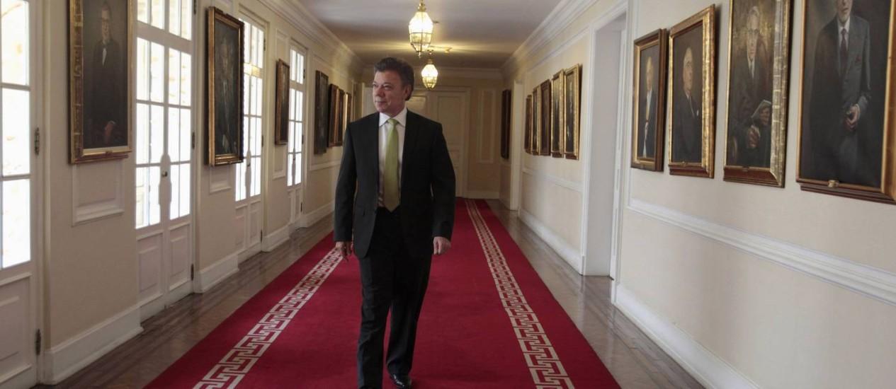 O presidente da Colômbia Juan Manue Santos, antes de dar uma entrevista, em 2013 Foto: JOSE MIGUEL GOMEZ / REUTERS/8-8-2013