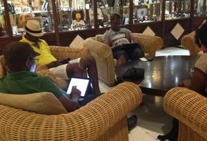 Turistas usam a rede wi-fi, uma das mais rápidas da ilha, em hotel cinco estrelas em Havana Foto: Marina Gonçalves/Agência O GLOBO / .