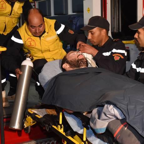 Sobrevivente. Juan Bolívar é colocado uma ambulância após ser resgatado no Marrocos: dias ao lado de dois companheiros que não resistiram Foto: FADEL SENNA / AFP