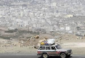 Pessoas deixam a capital Sanaa temendo novos ataques aéreos Foto: Mohamed al-Sayaghi / Reuters