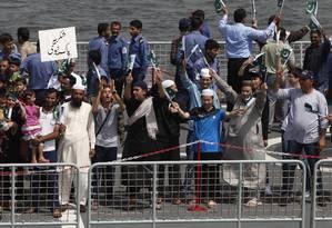 Paquistaneses e homens de outras nacionalidades que foram retirados do Iêmen chegam ao porto de Karachi, no Paquistão Foto: Shakil Adil / AP