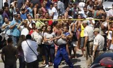 Massacre. Uma aluna da Escola Municipal Tasso da Silveira é carregada após a morte de 12 jovens Foto: Wania Corredo 07/04/2011 / Agência O Globo