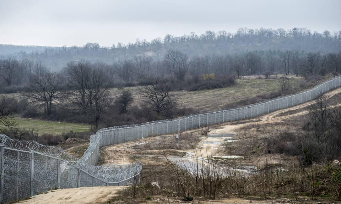 Parte da nova cerca construída pela Bulgária na fronteira com a Turquia para impedir o fluxo de refugiados ao país Foto: NYT/23-3-2015