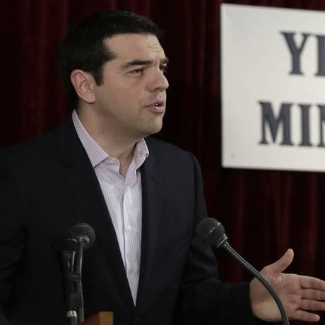 Alexis Tsipras: pressão por pagamento alemão Foto: Petros Giannakouris / AP