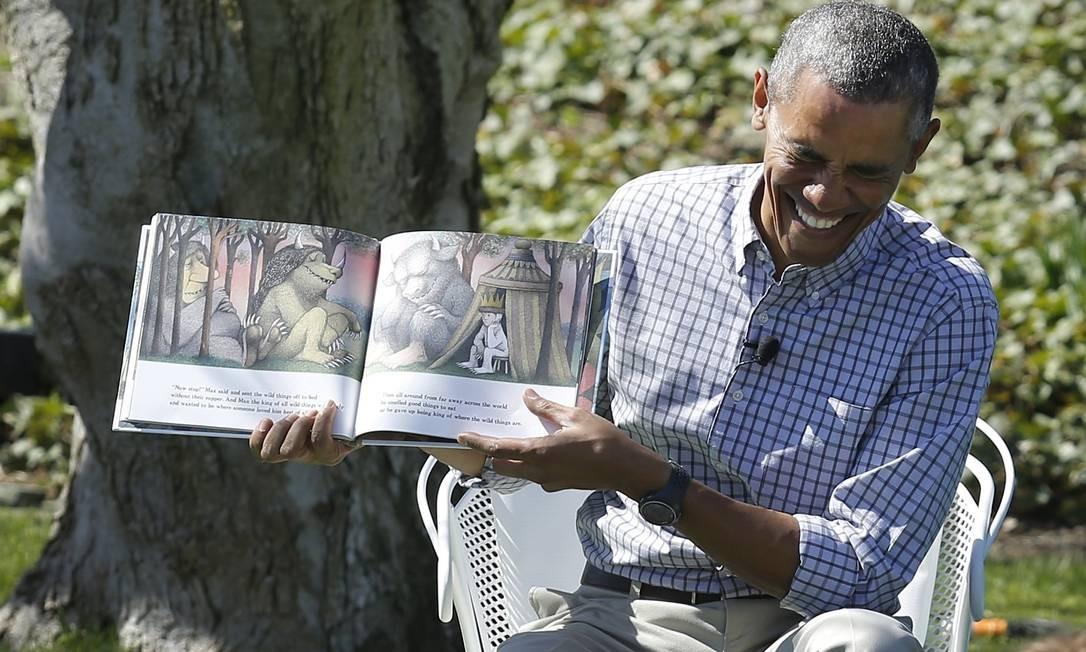"""Barack Obama lê """"Onde moram os monstros"""", enquanto crianças são atacadas por abelhas, na tradicional caça aos ovos de Páscoa da Casa Branca. Foto: JONATHAN ERNST / REUTERS"""