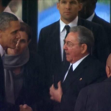 Obama cumprimenta Raúl Castro, observado por Dilma, no funeral de Mandela: cena deve se repetir na Cúpula das Américas Foto: Uncredited / AP/10-12-2013