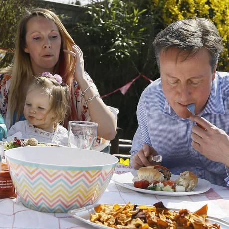 Imagem de Cameron com garfo e faca para comer cachorro-quente despertou provocações Foto: Kirsty Wiggleworth / AFP