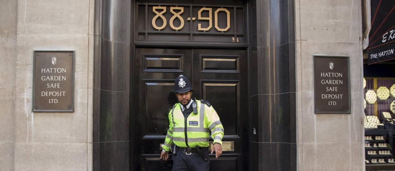 Policial britânico deixa prédio da caixa-forte de Hatton Garden, no centro de Londres. 300 cofres foram esvaziados por ladrões, que teriam agido durante feriado de Páscoa Foto: NEIL HALL / REUTERS