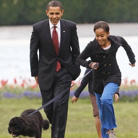 Barack Obama com a filha Malia, de 16 anos, nos jardins da Casa Branca Foto: AP Photo