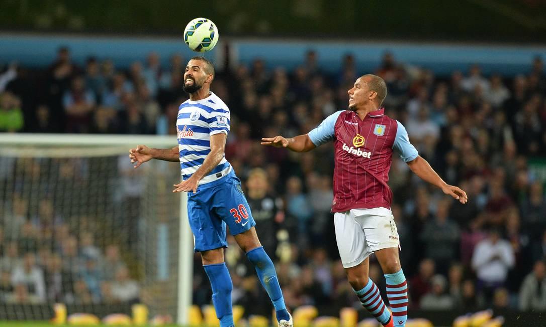 Na Inglaterra, o meia Sandro, do Queens Park Rangers, cabeceia a bola na partida com o Aston Villa GLYN KIRK / AFP
