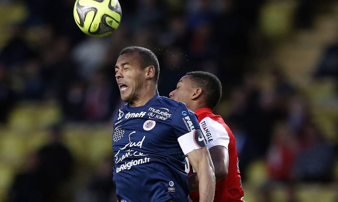O zagueiro brasileiro Vitorino, do Montpellier, à esquerda, disputa a bola com atacante Martial, do Monaco VALERY HACHE / AFP